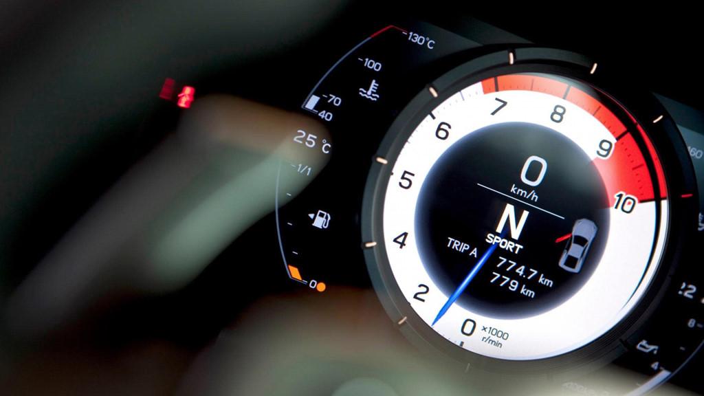 Cụm đồng hồ của Lexus đem đến vẻ nổi bật của đồng hồ tua mấy nằm chính giữa.