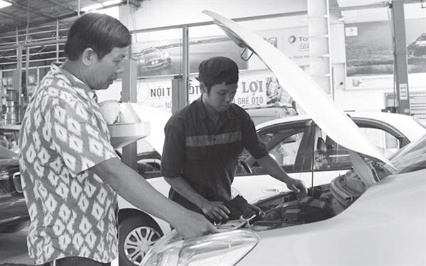 Ông Trần Nhật Ninh, chủ gara ô tô Ninh, hướng dẫn cho học viên