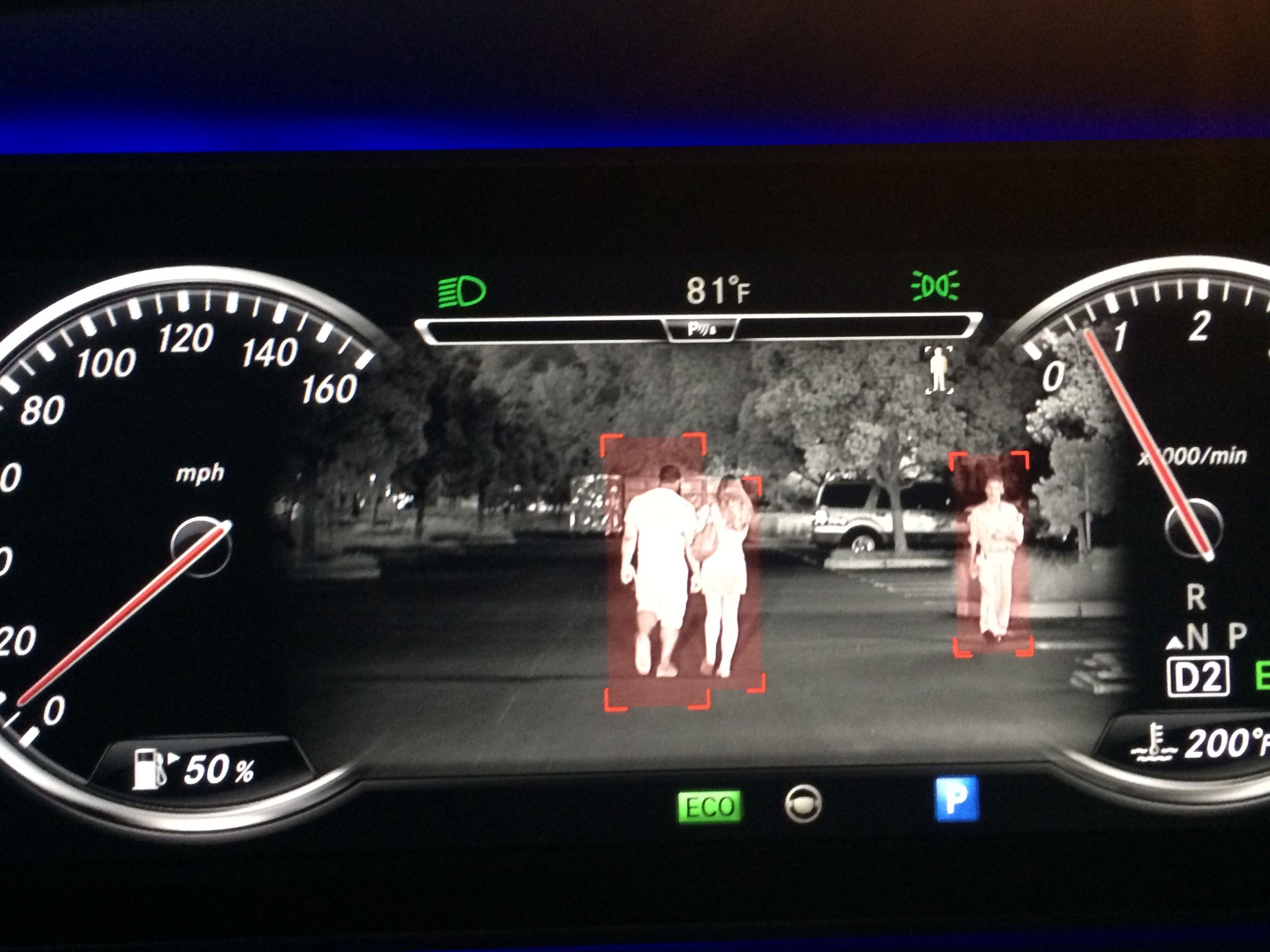 Sóng hồng ngoại giúp người lái có thể quan sát những chướng ngại vật phía trước