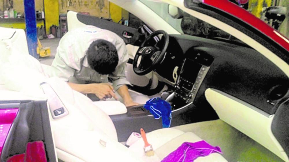 Vệ sinh nội thất và làm khô khi xảy ra tình trạng có nước tràn vào bên trong xe.