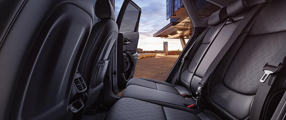 Khoang hành lý của Seltos có thể tích 753l và có thể mở rộng lên thành 1778l khi gập hàng ghế sau lại với tỉ lệ 40:60. Màn hình điều khiển LCD rộng 3.5 inch, màn hình cảm ứng trung tâm rộng 8 inch, ghế nỉ, ghế lái chỉnh tay 6 hướng, kết nối bluetooth là những trang bị tiêu chuẩn. Đối với những phiên bản cao cấp hơn, khách hàng sẽ nhận được màn hình điều khiển 7 inch, màn hình cảm ứng trung tâm 10.25 inch, đèn viền nội thất, ghế bọc da nhân tạo, ghế lái chỉnh điện 10 hướng, vô lăng và cần số bọc da, điều hòa tự động 1 vùng, dàn âm thanh cao cấp của Bose, sạc không dây, … .