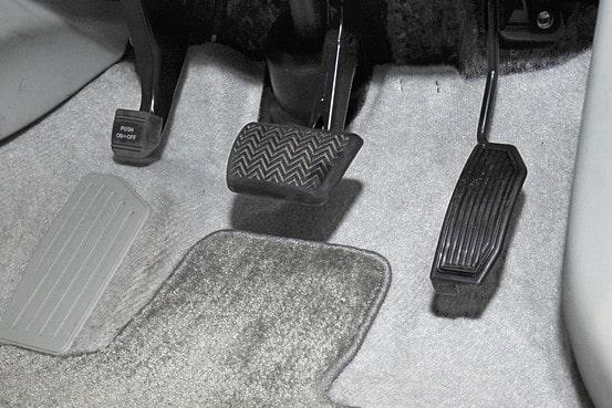 Thảm lót sàn chèn lên trên bàn đạp có thể gây ra hiện tượng trên