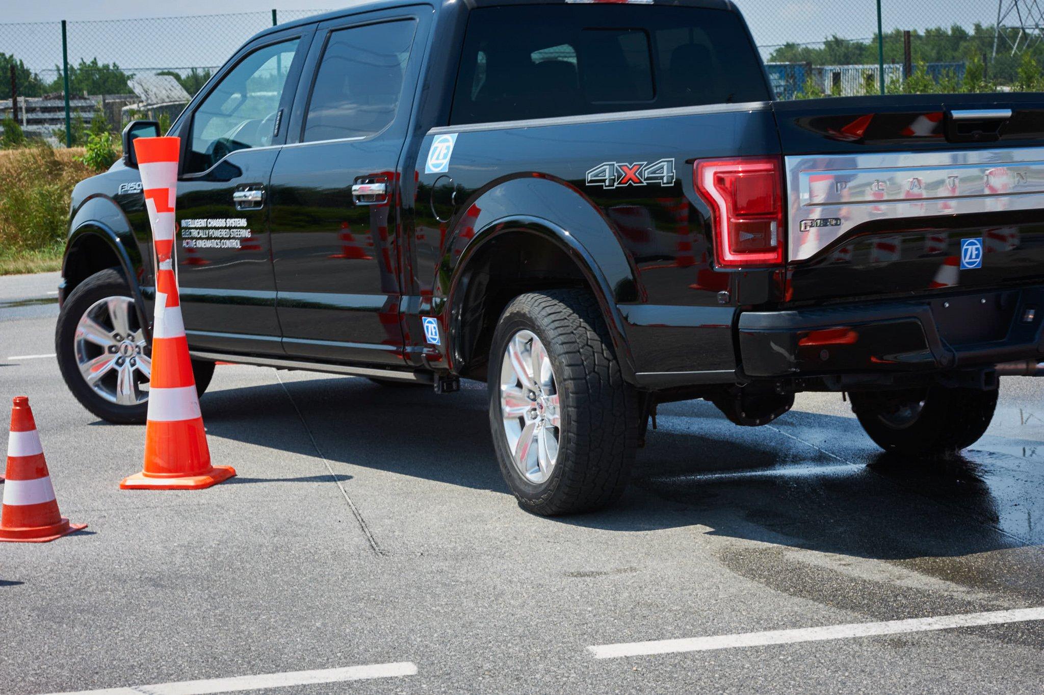 Một chiếc xe bán tải cỡ lớn được trang bị, như ảnh có thể nhìn rõ bánh sau chuyển hướng. Đối với những xe dài như thế này hoặc những xe Sedan cỡ lớn thì việc trang bị hệ thống này còn giúp xe xoay sở dễ hơn, quay đầu với góc hẹp hơn, lái xe linh hoạt hơn.