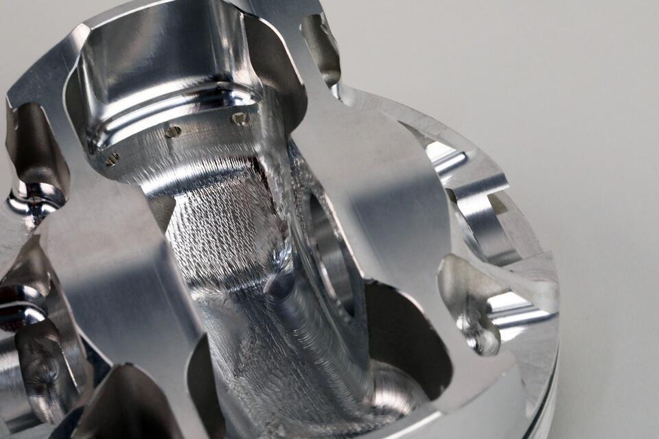 Thông qua Phần mềm Phân tích phần tử hữu hạn FEM, các khu vực có thể được gia công an toàn mà không ảnh hưởng đến độ bền của piston có thể được xác định trước khi một con chip duy nhất bay trên máy CNC. Các khu vực quan trọng là các chốt piston và các khu vực ở mặt dưới của đỉnh piston.