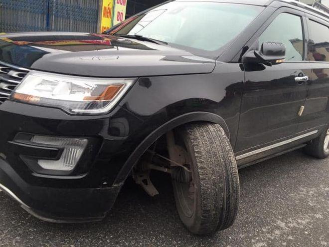 Chiếc Ford Explorer bị gãy trục đánh lái, khiến bánh xe xoay gần 90 độ
