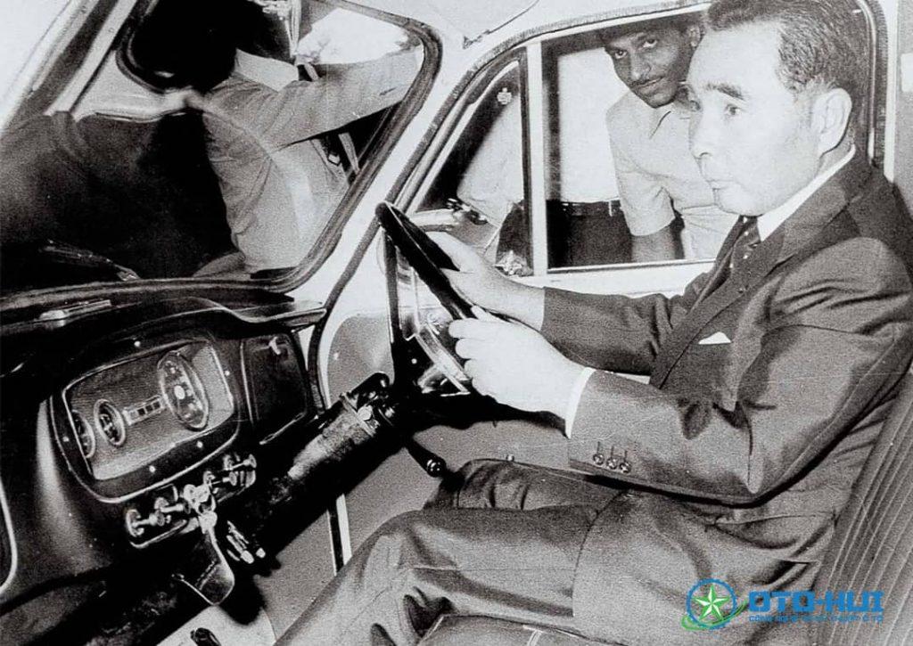 Osamu Suzuki trên chiếc Suzuki Maruti 800