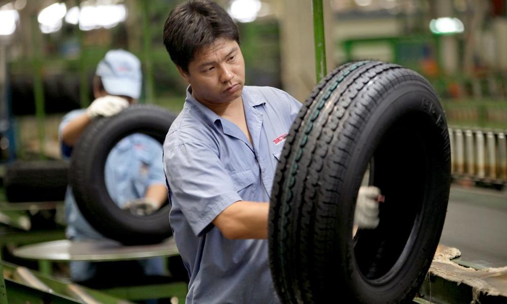 Lốp ôtô được sản xuất tại một nhà máy ở Trung Quốc. Ảnh: Reuters