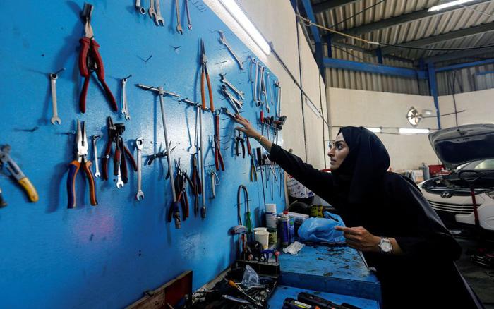 """Hành trình """"chen chân"""" vào ngành sửa chữa ô tô của người phụ nữ Ả Rập Xê Út"""