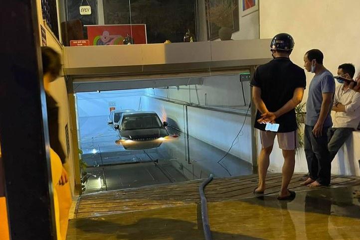 Ôtô bị ngập dưới hầm sau trận mưa to tại Hà Nội ngày 11/5. Ảnh: Chu Đức Việt.