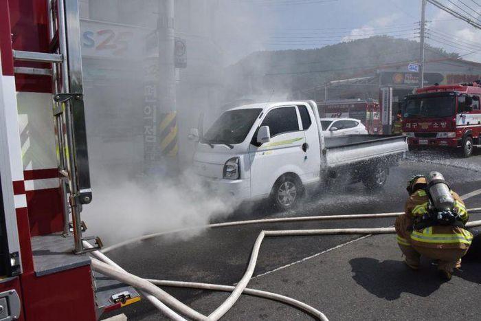 Vào lúc 9:27 sáng ngày 14/7, khói từ một chiếc xe tải điện chạy dọc đường Buk-gu Sasoo ở Daegu khiến tài xế phải sơ tán và lực lượng cứu hỏa dập lửa. (Ảnh: Yonhap News).
