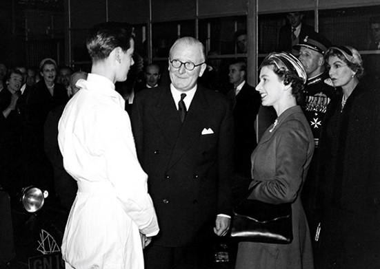Năm 1956 Browns Lane (áo trắng), Nữ hoàng Elizabeth II với Sir William Lyons.