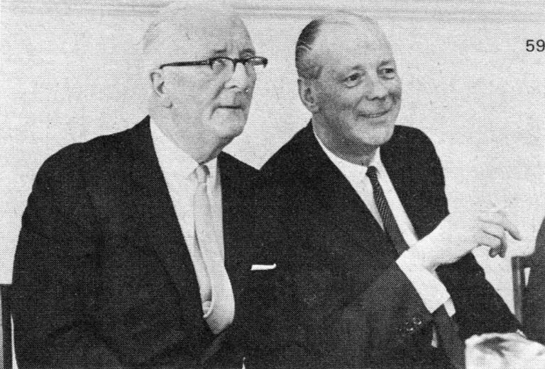 William Lyons (trái) và George Harriman (phải) tuyên bố thành lập British Motor Holdings vào năm 1966