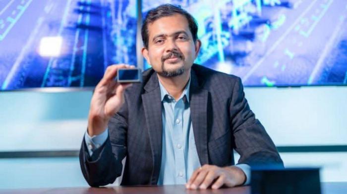 Giám đốc điều hành của Velodyne, Anand Gopalan, cầm một thiết bị lidar có kích thước nhỏ hơn lòng bàn tay.