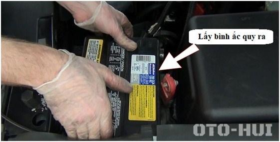 Nhẹ nhàng lấy bình ắc quy ra khỏi khoang động cơ. (Hướng dẫn thay thế mô tơ bơm nước rửa kính ô tô)
