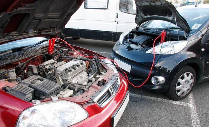 Xe hỗ trợ cần đỗ gần với xe hết điện để tiến hành kích bình ắc-quy. Ảnh: Westender.
