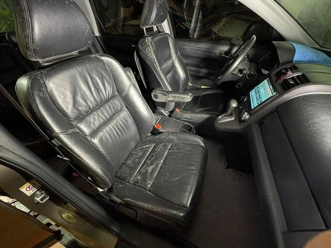 Hàng ghế đầu bị nấm, mốc trên một chiếc CR-V tại Hà Nội. Ảnh: Mạnh Thắng